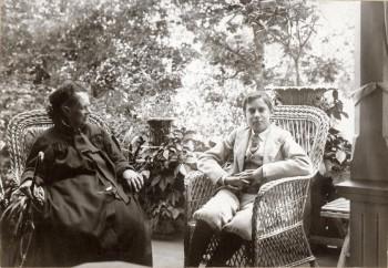 Alexandra ja Erik Edelfelt Haikkoon huvilan verannalla noin vuonna 1900. Valokuvaaja ei tunnettu. Porvoon museo.