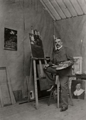 Foto. Albert Edelfelt i sin ateljé på Haiko i juni 1905. Borgå museum.