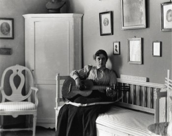 Berta Edelfelt kitara sylissään Haikon huvilalla. Porvoon museo.